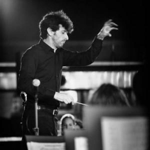 Giulio Piccinelli si diploma nel 1997 in tromba sotto la guida d